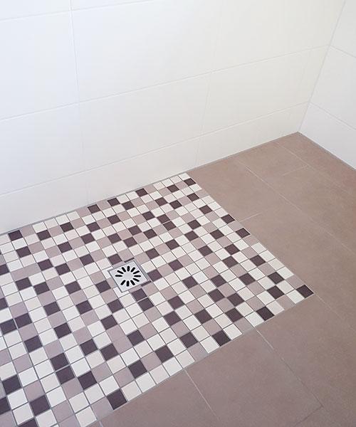 Bodenebene Dusche mit Punktentwässerung und integriertem Geruchsverschluss