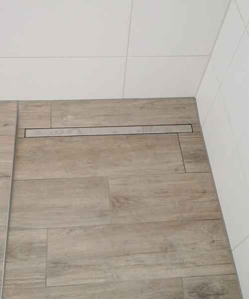 Bodenebene Dusche mit Linienentwässerung und Gefällekeil