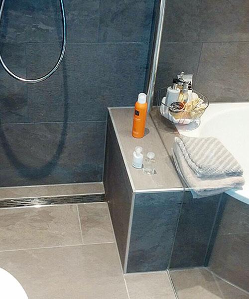 Bodenebene Dusche mit Linienentwässerung