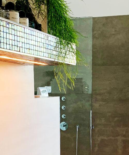 Ablage mit Mosaikfliesen und Kantenschutzprofilen und integrierter Beleuchtung
