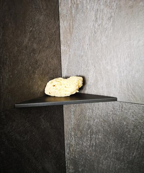 Befliesbare Edelstahl-Duschablage mit schwarzer Pulverbeschichtung