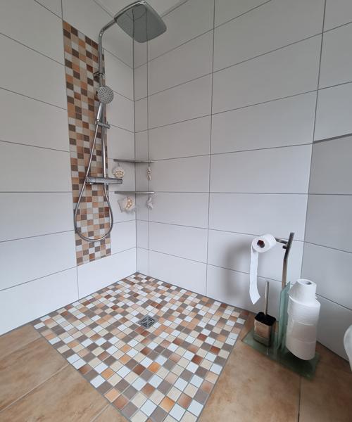 Barrierefreie Duschgestaltung mit rutschhemmendem Mosaik, Punktentwässerung mit integriertem Geruchsverschluss