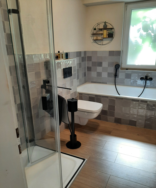Bodenfliesen in Holzoptik Format 90 x 20 cm kombiniert mit Handform-Mosaik Format 11 x 11 cm in diversen Grautönen